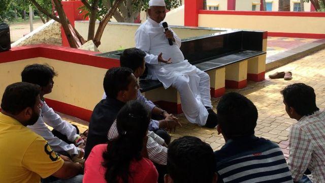 యువతీ యువకులతో అన్నా హజారే మాటా మంతీ