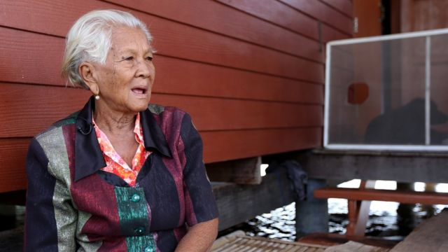 นางเย็น อ่องอร่าม ชาวบางบาล อายุ 84 ปี บอกว่า เมื่อ 40 กว่าปีก่อนน้ำท่วมแค่เข่า