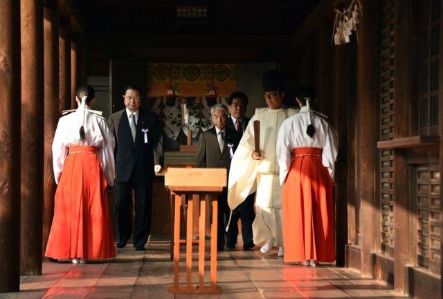 A級戦犯をまつる靖国神社に参拝する閣僚たち。10月20日。