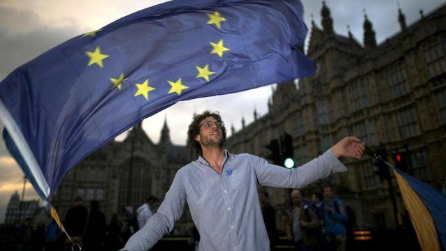 Jovem participa de protesto anti-Brexit em Londres