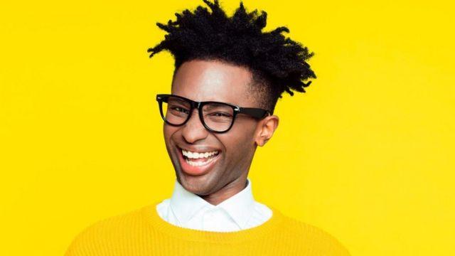 Hombre joven sonriendo.