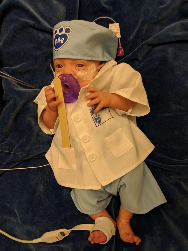 Connor fantasiado de médico no Halloween em 2018