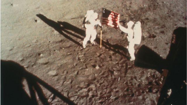 Neil Armstrong y Buzz Aldrin colocando la bandera estadounidense en la Luna en 1969.
