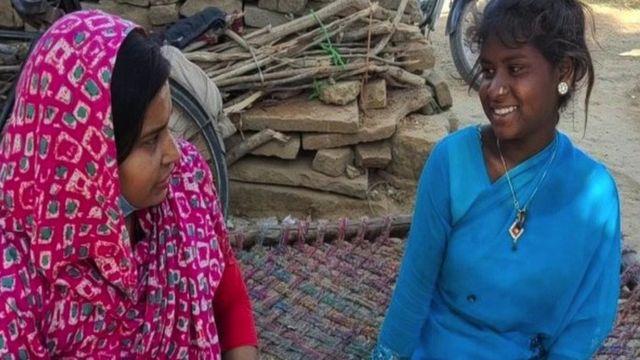 Savita (sağda) danışmanla konuşuyor