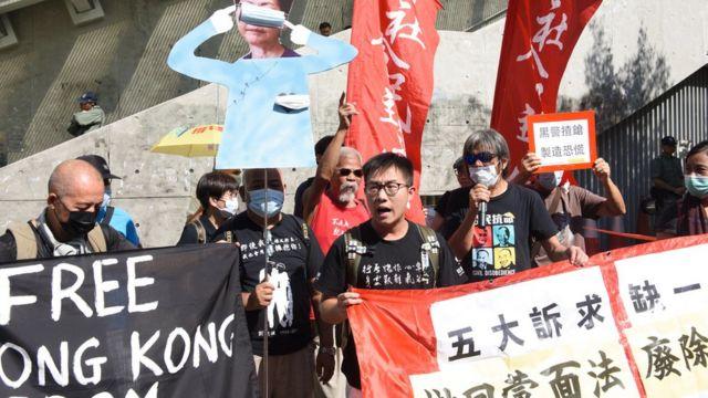 """立法会大楼外有团体抗议,要求林郑月娥接纳示威者的""""五大诉求""""。"""
