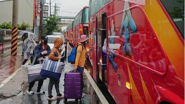 台灣苗栗的外籍勞工統一乘車接受隔離。