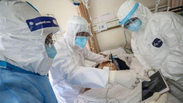 مريض وأطباء في زي واق