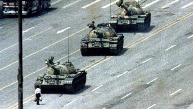 Algunos usuarios de las redes sociales compararon la foto de la mujer negra plantada frente a dos policías antidisturbios en Baton Rouge, Luisiana, EE.UU., con esta tomada en 1989 en la plaza de Tiananmén, República Popular China.