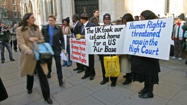 Des Chagossiens protestent devant un tribunal de Londres, le 5 février 2007, contre une décision de justice qui devant les empêcher de retourner dans l'archipel des Chagos.