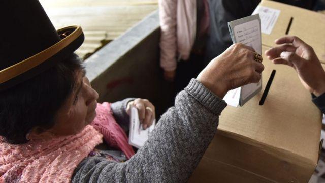 Una mujer indígena boliviana vota.