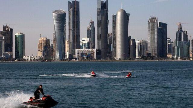 Doha, ibu kota Qatar, yang penuh dengan gedung modern pencakar langit.