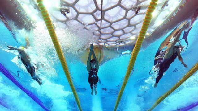 Nadadores compitiendo con los trajes LZR Racer