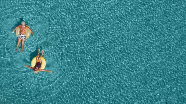 hombres en el mar