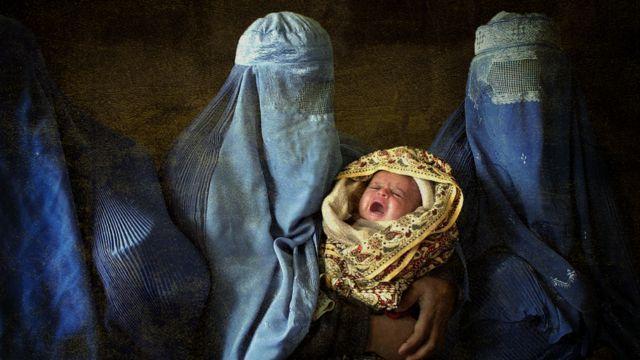 Mujeres afganas con burkas y un bebé, ilustración