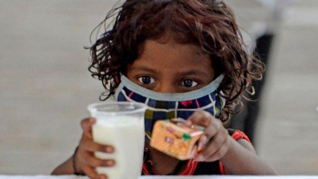 Seorang anak di Kolkata, India, pada 23 Mei.