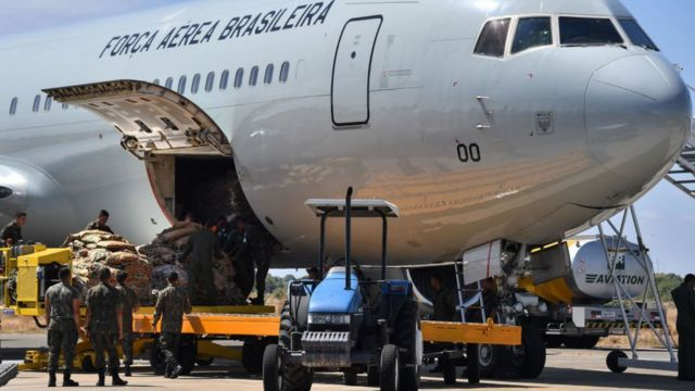 La Fuerza Aérea de Brasil trasladó ayuda hasta el estado de Roraima, fronterizo con Venezuela.