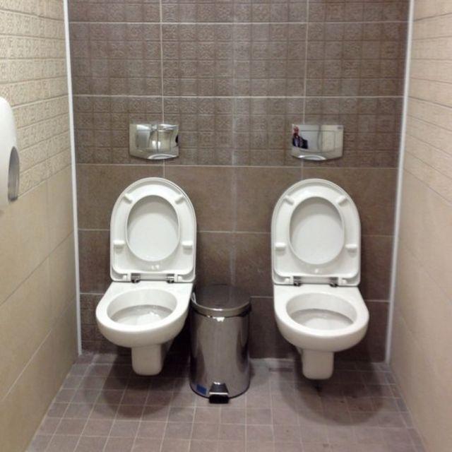 Foto de dois vasos sanitários em banheiro sem divisórias em vila olímpica do Jogos de Inverno de Sochi, na Rússia, em 2014