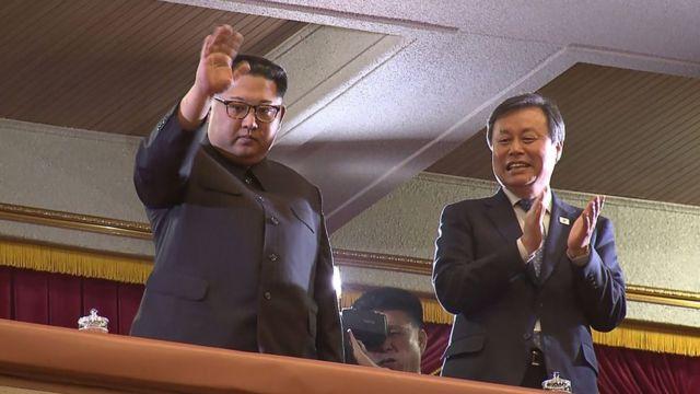 Лидер Северной Кореи на концерте рядом с министром культуры, спорта и туризма Республики Корея