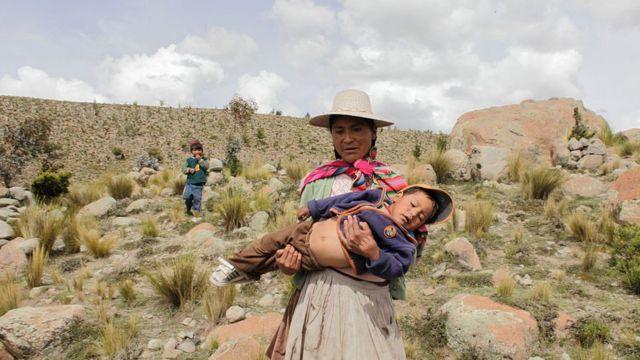 Mujer boliviana con sus hijos.