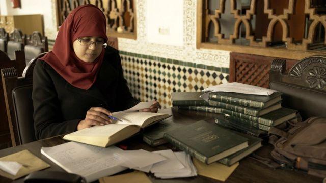 Una mujer estudia en la universidad Al Qarawiyyin.