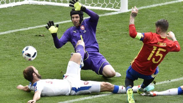 Petr Cech y se defensa detuvieron todos los ataques de España, menos uno, el que llegó en el minuto 87 de la mano de Iniesta y Pique.