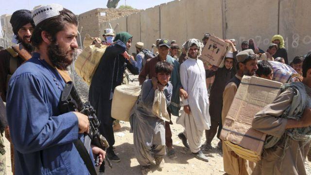 Un militante talibán armado vigila el paso de Spin Boldak