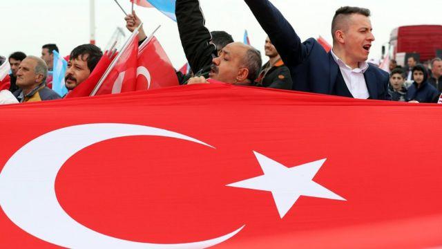 """Мітинг партії націоналістичного руху (MHP) на підтримку """"Так"""" у Стамбулі 9 квітня"""