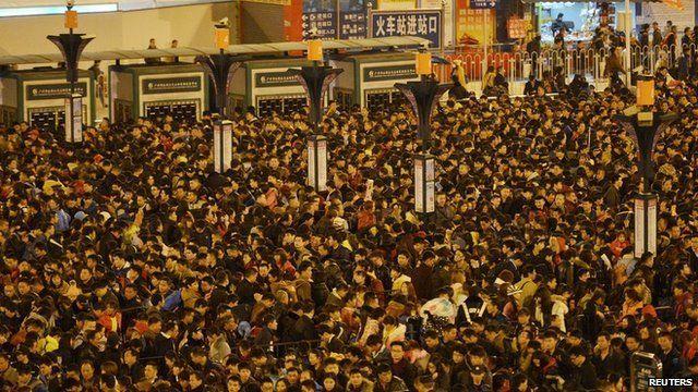 空撮映像・大雪で足止めされた中国の春節帰省客