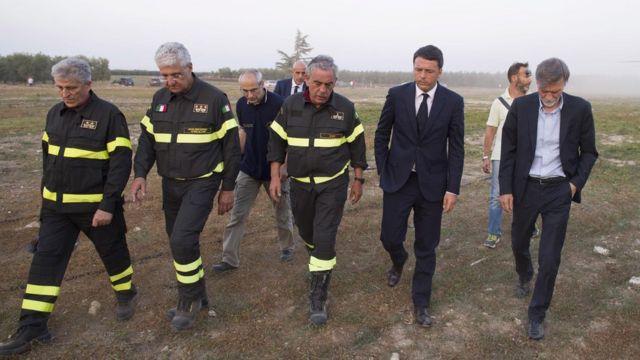 救助隊員らと話すレンツィ首相。救助活動には約200人が参加した(12日)