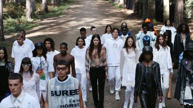 伦敦时装周(Burberry)2021春季秀在野外树林中举行