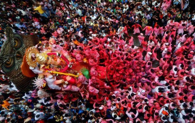 मुंबई में विसर्जन के पहले गणेश की प्रतिमा के साथ लोग