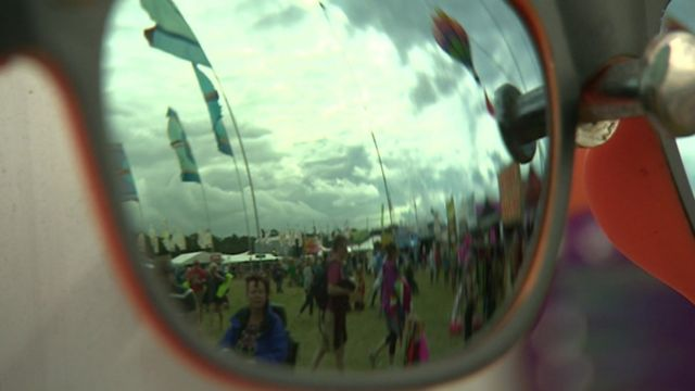Фестиваль WOMAD: отражение флагов в солнцезащитных очках