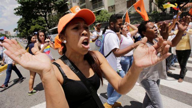 Manifestantes de la oposición