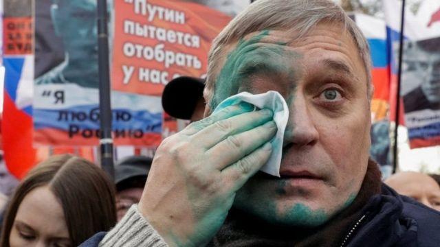 PARNAS rahbari Mixail Kasyanov yuziga kimdir zelyonka sepgan.