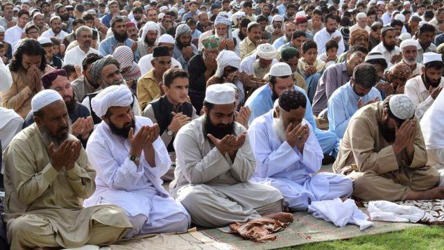 Creyentes en Pakistán preparados para el rezo.