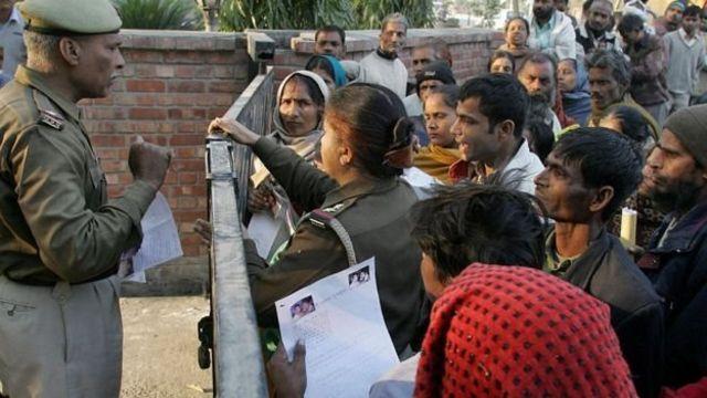 சிபிஜ அதிகாரிகளோடு விவாதிக்கும் காணாமல் போன குழந்தைகளின் உறவினர்கள்