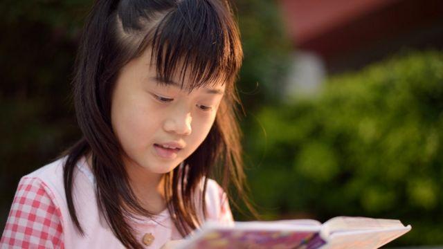 เด็กหญิงกำลังอ่านหนังสือ