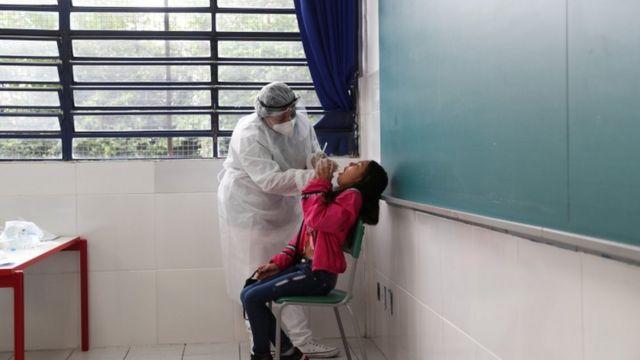Testagem de alunos em escola paulista;