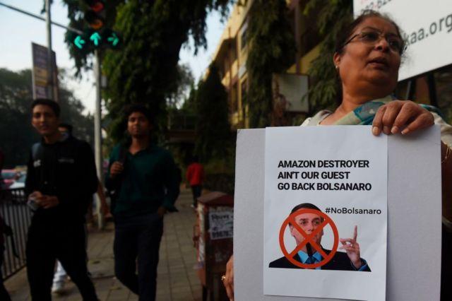 'Destruidor da Amazônia não é nosso convidado. Volte para casa, Bolsonaro', diz cartaz de protesto em inglês durante a visita do presidente brasileiro à Índia, em janeiro de 2020