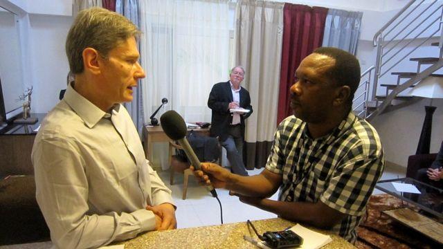 Tom Malinowski hamwe n'umunyamakuru wa BBC i Bujumbura, Prime Ndikumagenge