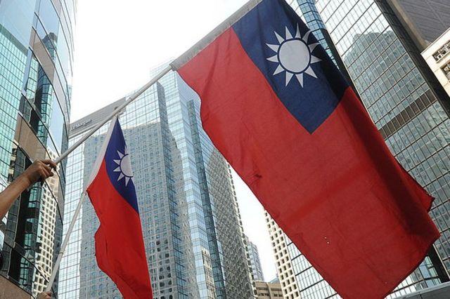 Abanya Taiwan bazunguza amabendera ya Taiwan mu myiyerekano ya Hong Kong mu 2010.