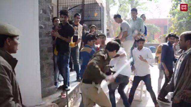डीयू में पुलिस छात्रों को मारते हुए