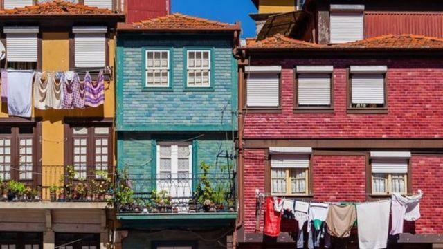 Casas com roupas secando