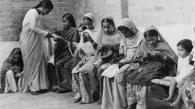 1955లో ఇండియన్ ఆర్మీ చైల్డ్ వెల్ఫేర్ సెంటర్లో కుట్టుపని నేర్చుకుంటున్న మహిళలు