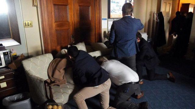 Congresistas y personal del Capitolio se refugiaron en sus oficinas e improvisaron barricadas para protegerse durante el asalto.