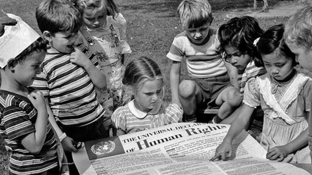 Crianças lendo Declaração Universal dos Direitos Humanos, pouco após sua adoção