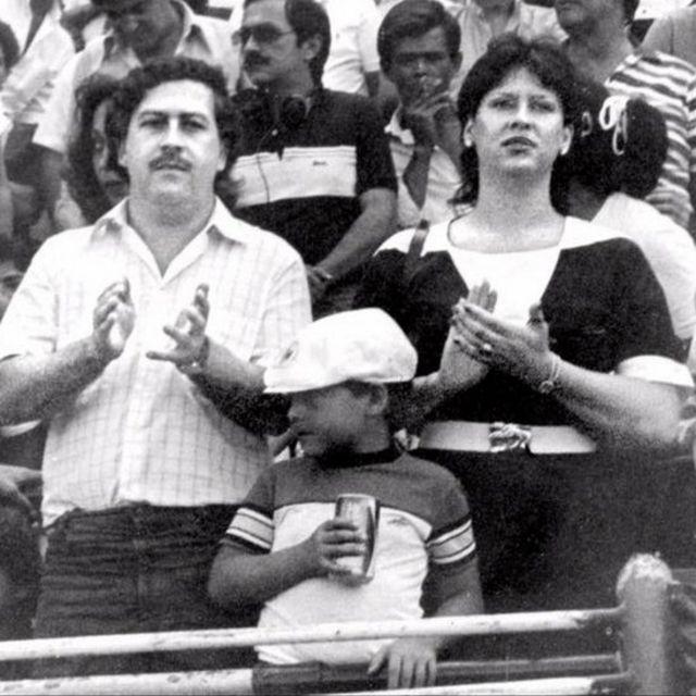 Pablo Escobar con su esposa e hijo