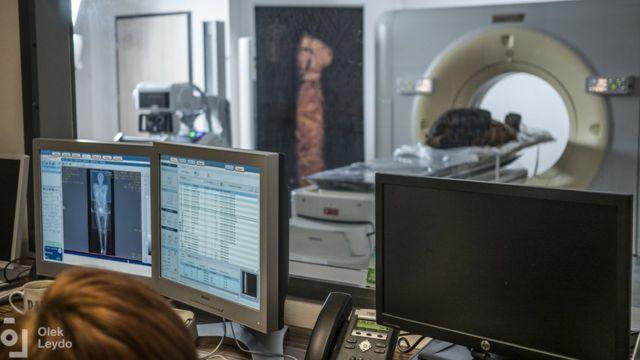 Imagen de una momia sometida a un examen de escáner.