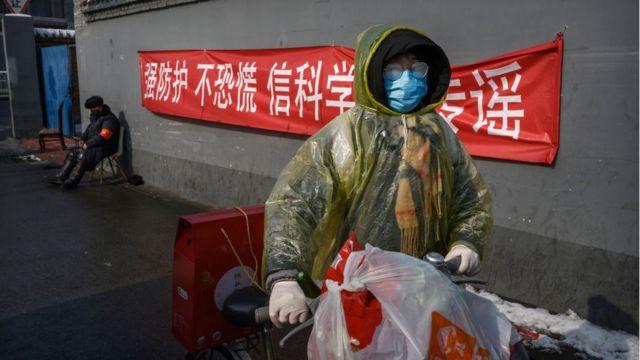 Một phụ nữ ở Bắc Kinh trên đường từ cửa hàng thực phẩm về nhà. Hình chụp hôm 7/2