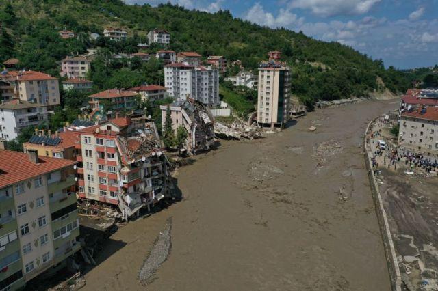 Sel felaketi: Kastamonu Bozkurt'ta neden büyük yıkım yaşandı, yetkililer iddialar için ne diyor? - BBC News Türkçe